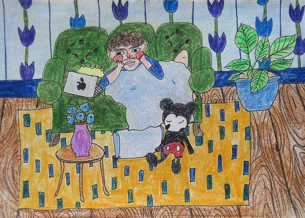 Kuvituskuva. Enni Salon piirrustus, jossa kiharapäinen poika istuu sohvalla ja katsoo suoratoistopalvelusta ohjelmaa. Mikki Hiiri on nukahtanut sohvan eteen.