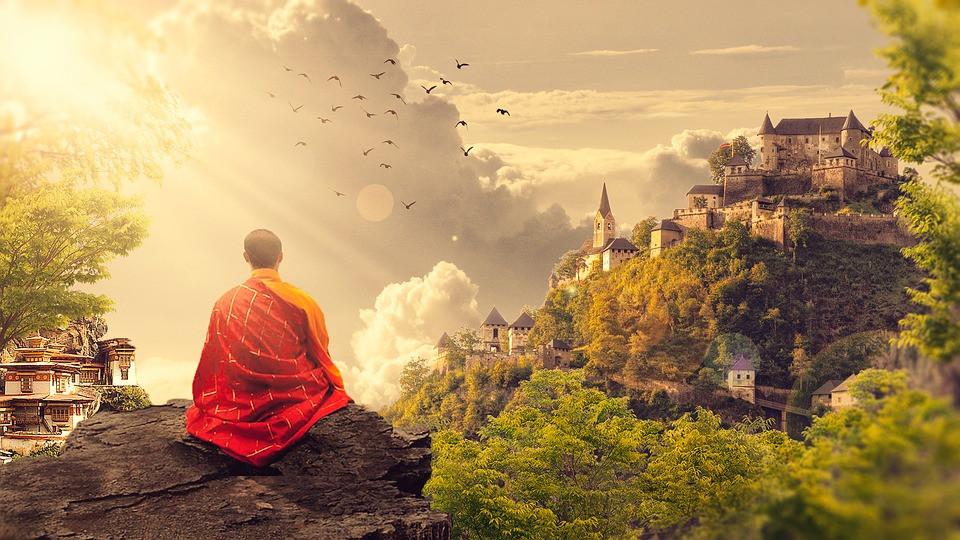 Kuvituskuva. Buddhalainen munkki meditioi kalliolla, josta näkyy vuoren rinteellä oleva linna ja temppeli.