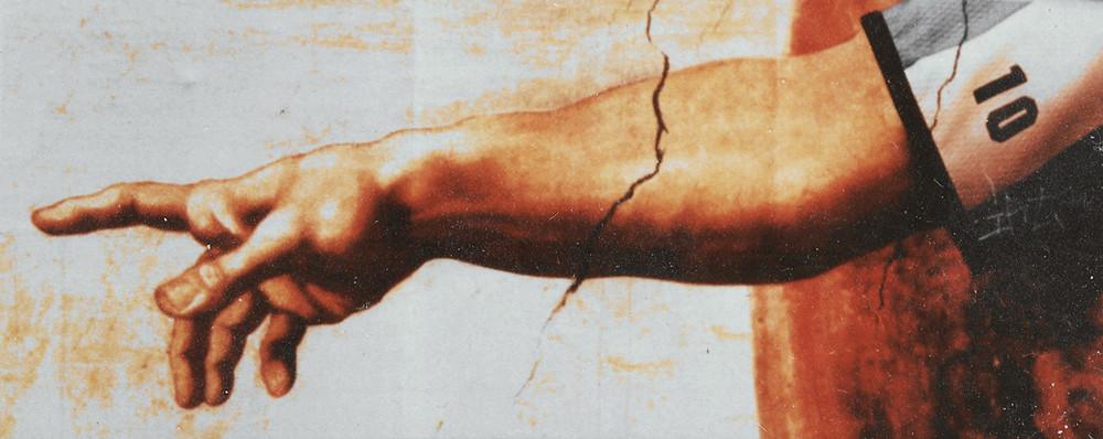 Michelangelon Aatamin luominen -maalaukseen perustuva kuva, jossa Aatamin käsi on puettu Diego Maradonan pelipaitaan.
