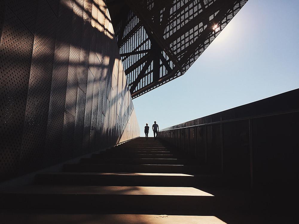 Kaksi ihmistä portaikossa.