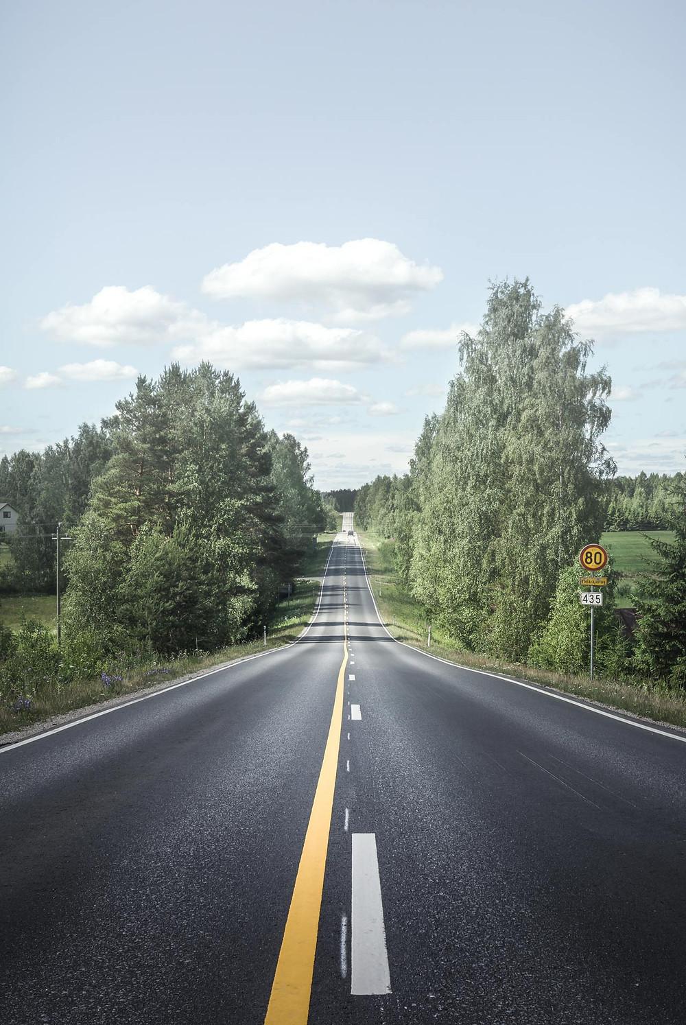 Kuvituskuva suomalaisesta maantiestä kesällä - kuva unsplash.com