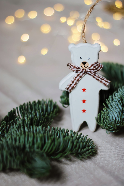 Kuvassa joulukoristeita, aiheina valkoinen karhu ja kuusenhavut.