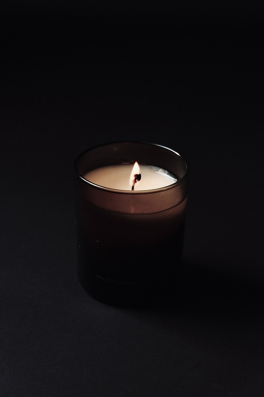 Kuvassa kynttilä, jossa palaa liekki.