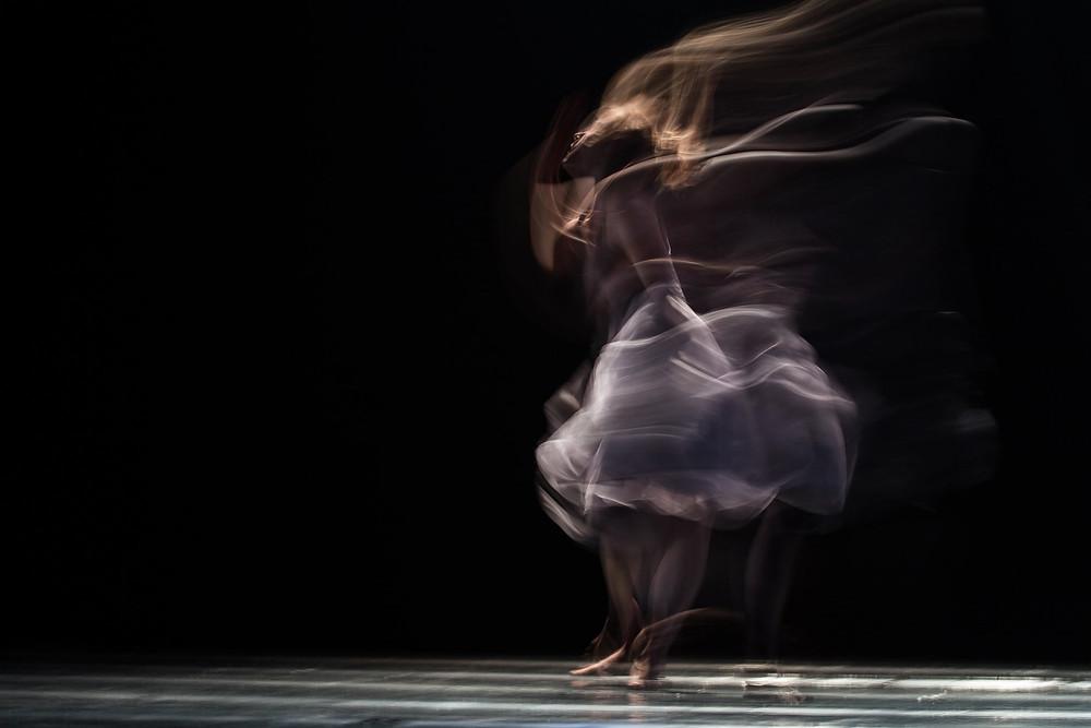 Kuvassa liikkeessä oleva tanssija tekemässä piruettia tai vastaavaa pyörähdystä.