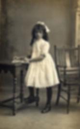 квест, фотография Абигейл, которая катается на качелях на кладбище. Она умерла от ужаса