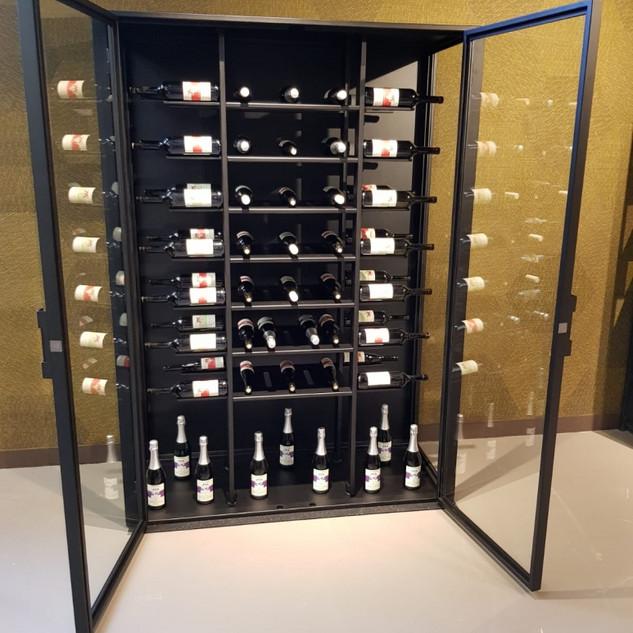 Metalen wijnkast