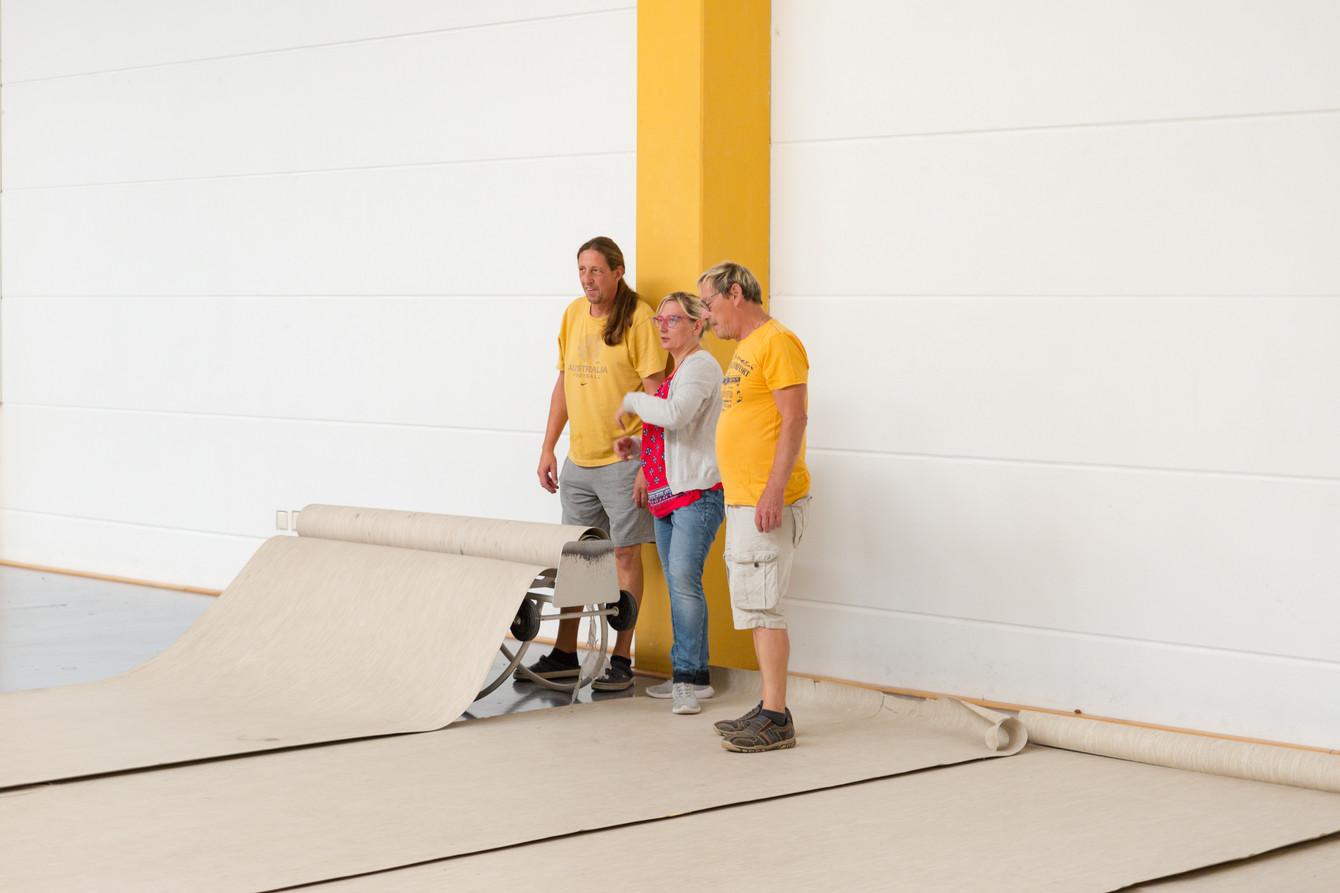 Ausrollen des Hallenbodenschutzes