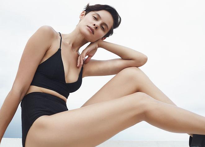 Modelo em maiô preto