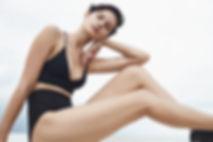 Modell im schwarzen Badeanzug