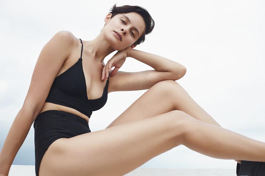 Modèle en maillot de bain noir