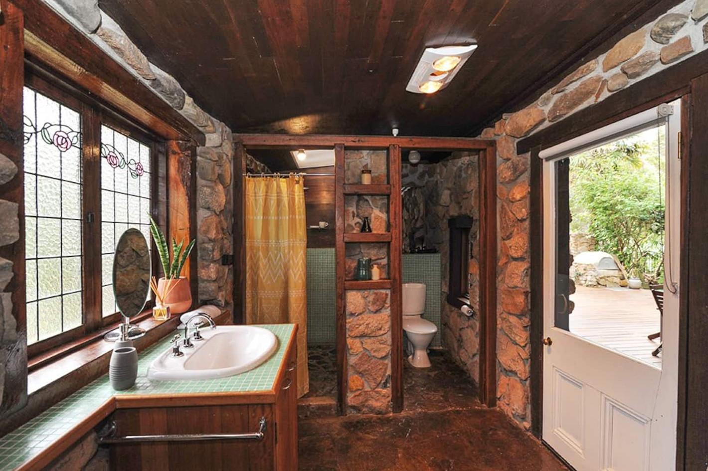 Shared bathroom for bedroom 2 & 3