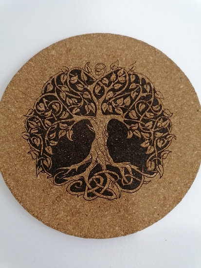 Dessous de plat en liège rond 19 cm gravé d'un arbre de vie celtique