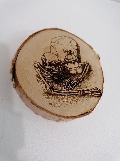 Dessous de verre en rondin de bois brut gravé squelette et citrouille