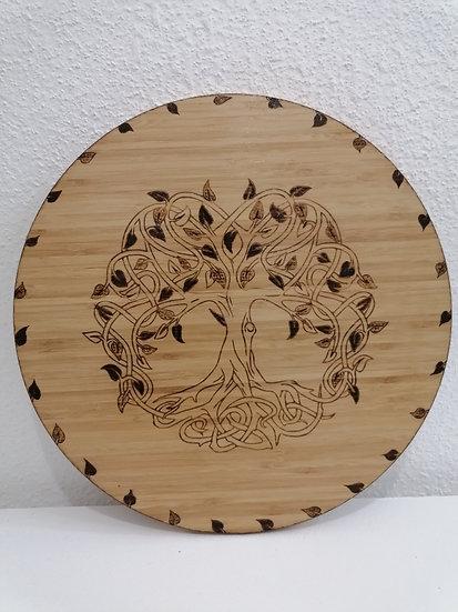 Plateau tournant en bois gravé d'un arbre de vie et entouré de feuillage