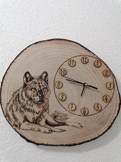 Horloge en rondin de bois gravée d'un loup