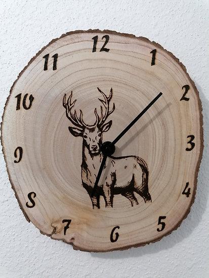 Horloge en rondin de bois brut avec son écorce gravée d'un cerf
