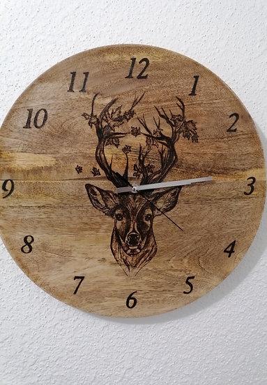 Horloge en bois gravée d'un cerf et de feuilles 38 cm
