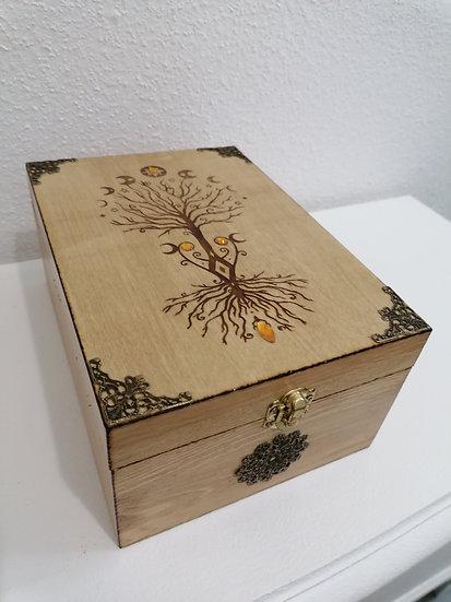 Grande boite en bois gravée d'un arbre de vie et phases de la lune