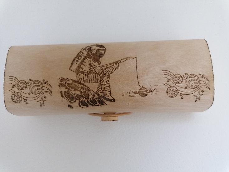 Etui à lunettes en bois gravé d'un astronaute qui pèche des planètes
