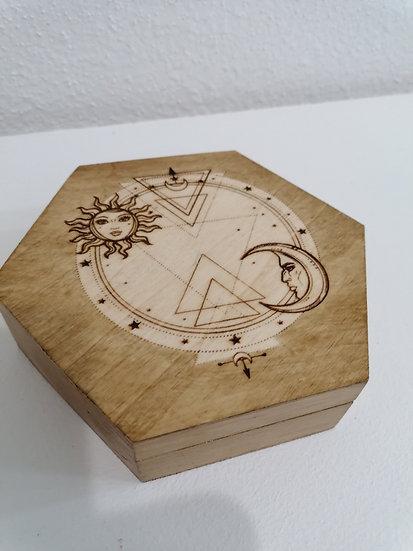 Boite hexagonale en bois gravée Dessin mystique lune soleil étoiles Fleur de vie