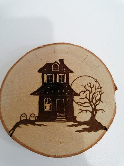 Dessous de verre en rondin de bois brut gravé manoir château hanté Halloween