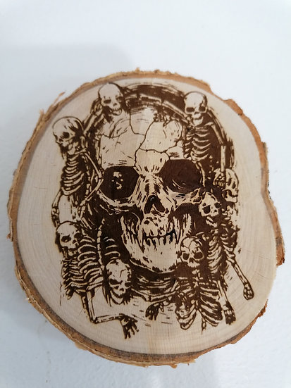 Dessous de verre en rondin de bois brut gravé squelette et tête de mort