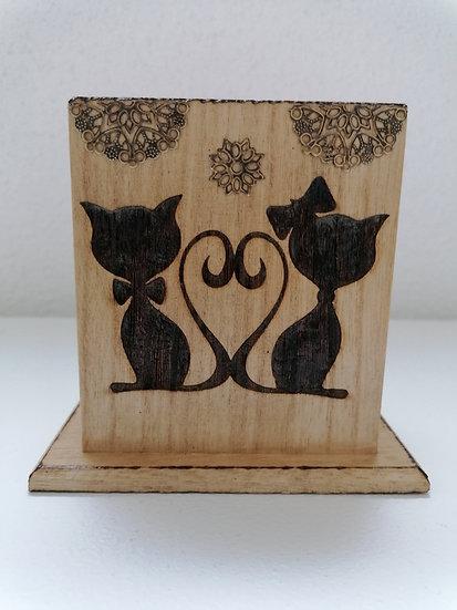Pot étui en bois gravé de deux chats amoureux (crayon, lunettes, télécommande)