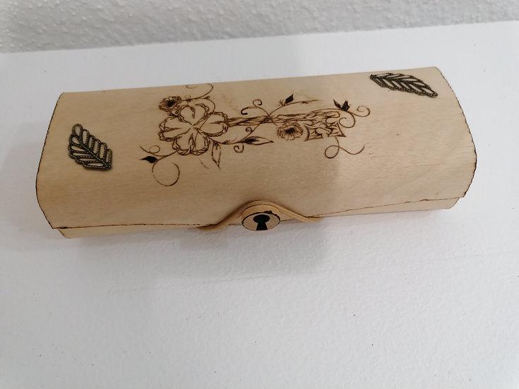 Etui trousse en  bois gravé d'un clé mystérieuse et ornée de bronze