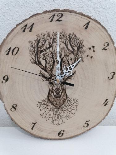 Horloge en rondin de bois gravé cerf arbre celtique