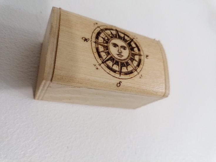 Petite boîte coffret en bois gravée boussole étoile polaire soleil