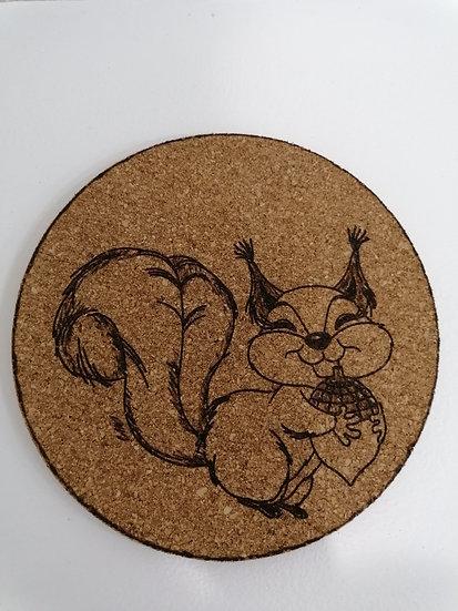 Dessous de plat en liège rond 19 cm gravé rigolo écureuil et son gland