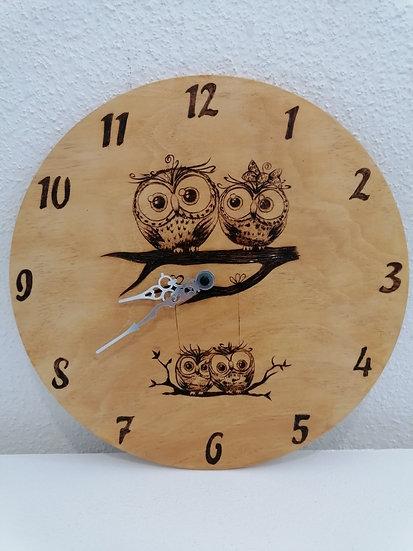 Horloge en bois gravée Famille de Petites chouettes Personnalisable