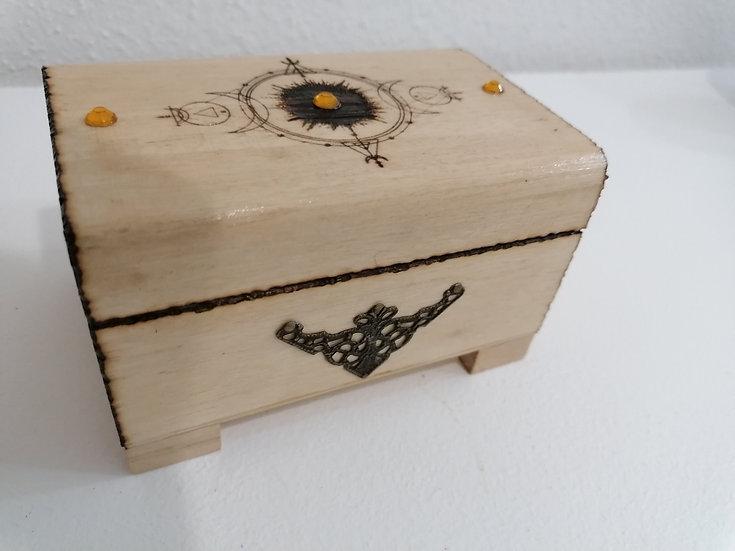 Boîte coffret en bois gravé soleil et phases de la lune ornement en bronze