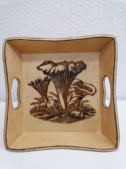Plateau carré gravé de champignons chanterelles d'automne dans un décor de sous