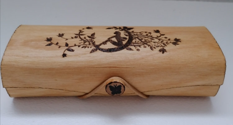 Etui à lunettes en bois gravé d'un fée de la lune à personnaliser