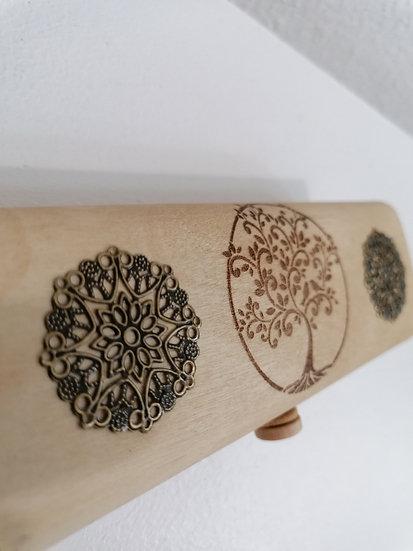 Etui trousse en bois gravé d'un arbre de vie celtique et orné de soleil bronze