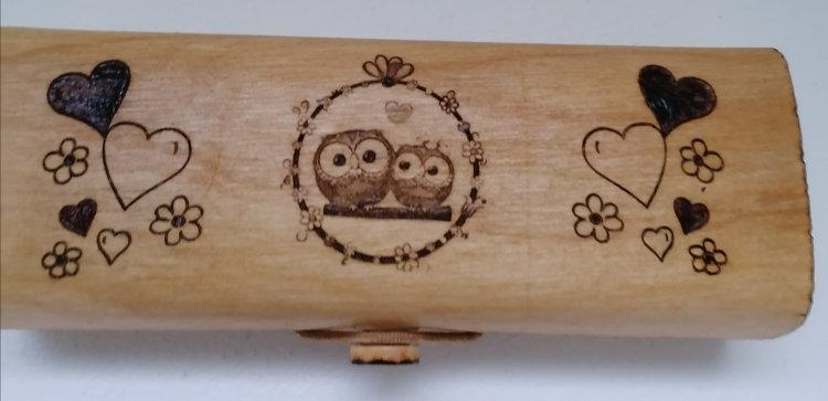 Etui à lunettes en bois gravé de petites chouettes et de coeurs à personnaliser