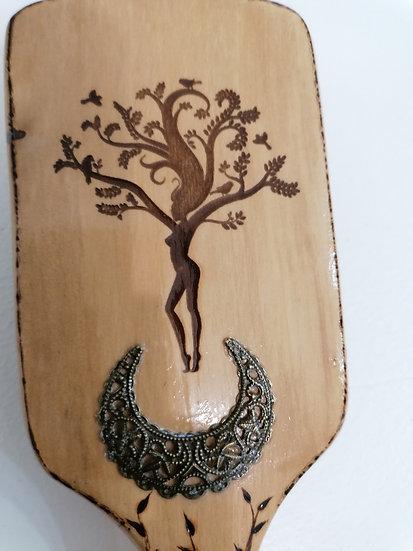 Brosse à cheveux longs en bois de hêtre gravé d'une sylphe