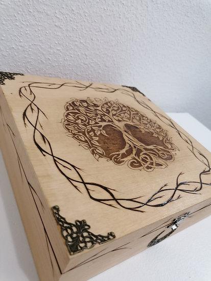 Grande boîte de rangement en bois  gravée d'un arbre de vie celtique et bronze