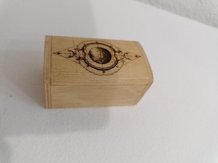 Petite boîte coffret en bois gravée symboles et phases de la lune