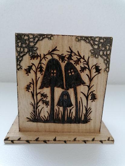 Pot étui en bois gravé de maison champignons à fée (crayons, lunettes, etc...)