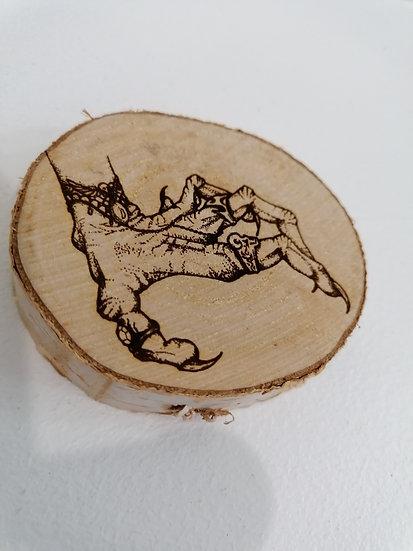 Dessous de verre en rondin de bois brut gravé main de sorcière Halloween