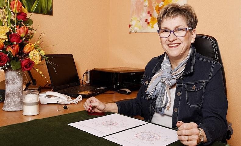 patricia-hartmann-dans-son-bureau-home1.