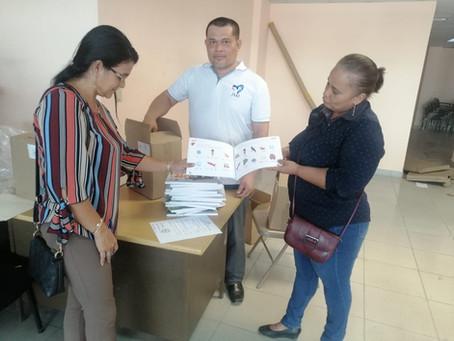"""Meduca entrega 15 mil libros """"aprendamos a leer"""" en escuelas públicas de Bocas del Toro."""