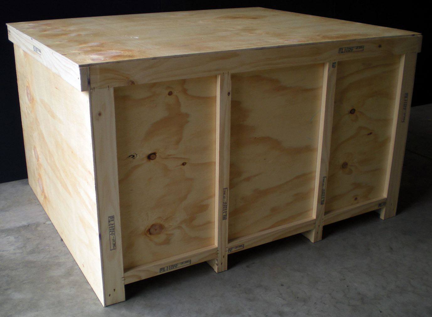 Medium crate with forklift base
