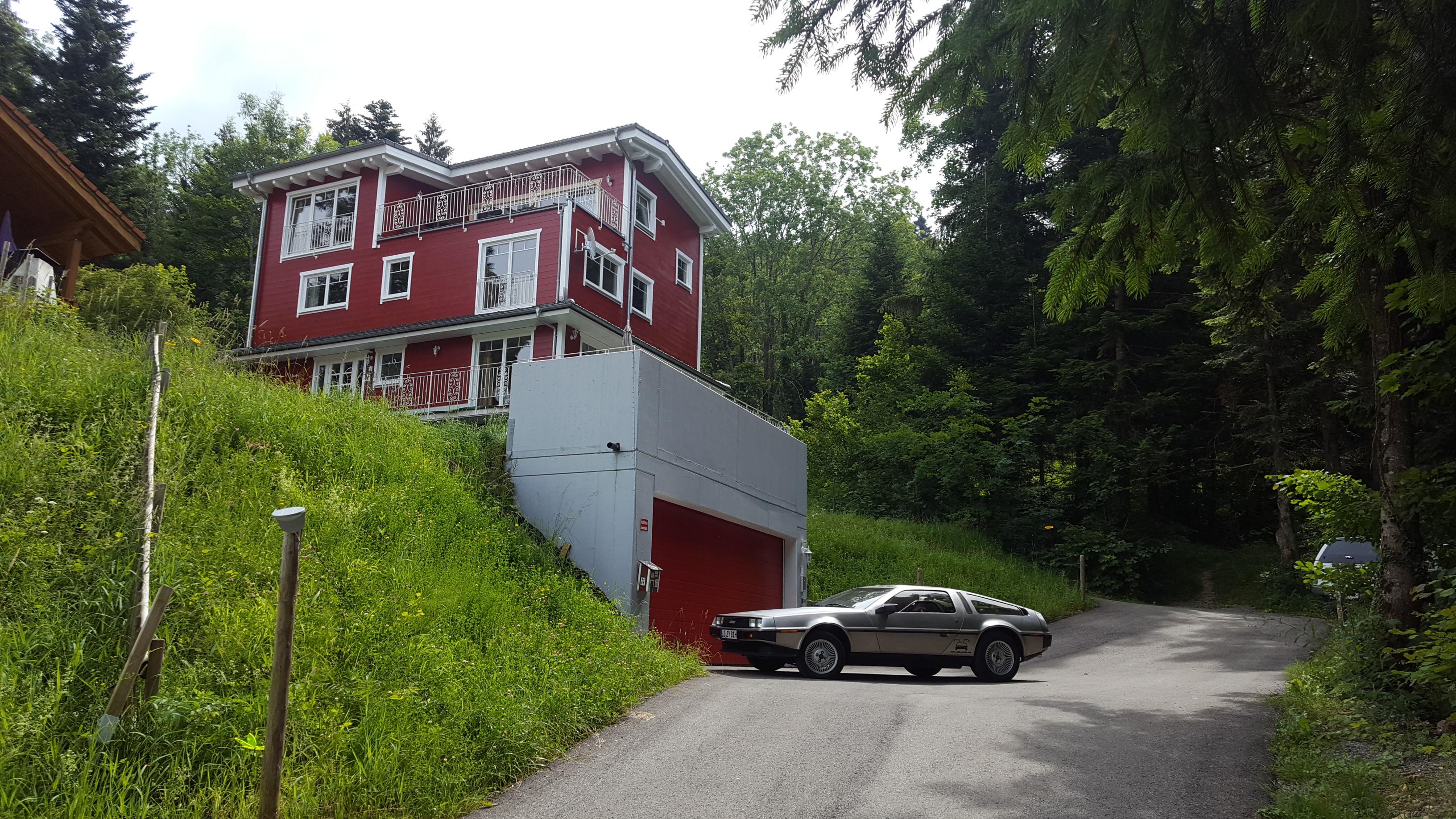 Schwedenhaus mit Delorean