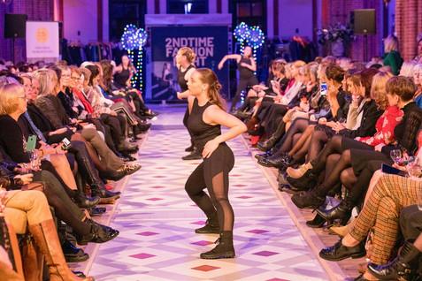 Dansers op de catwalk, fashionshow dansers.