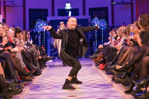 Danser tijdens fashionshow. Catwalk dancing.