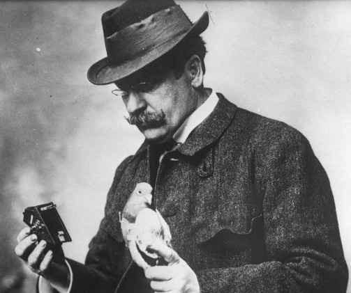Julius_Neubronner_with_pigeon_and_camera
