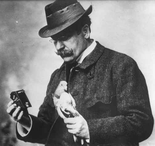 Julius_Neubronner_with_pigeon_and_camera